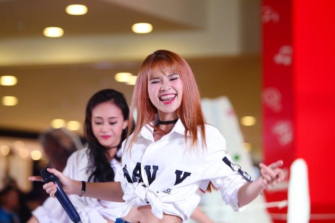 Hari Won, Khoi My bieu cam ngo nghinh thi dau cung fan hinh anh 10