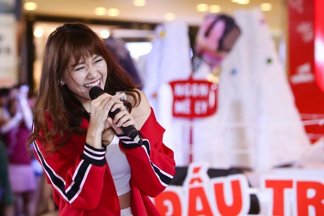 Hari Won, Khoi My bieu cam ngo nghinh thi dau cung fan hinh anh 8