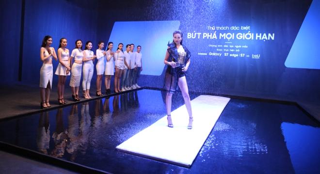 Thanh Hang thu thach mau tre catwalk va tao dang duoi mua hinh anh 1