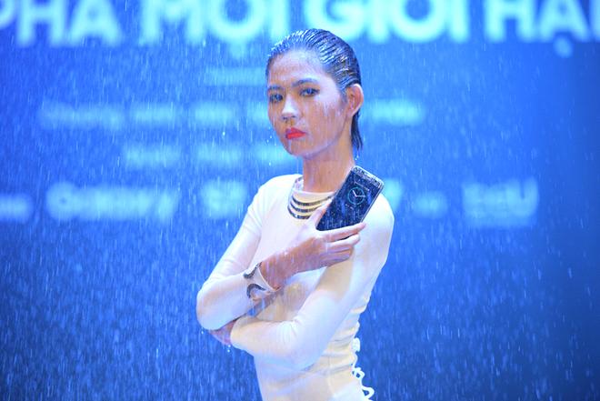 Thanh Hang thu thach mau tre catwalk va tao dang duoi mua hinh anh 2