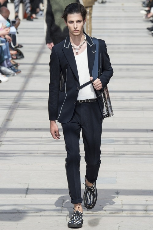 Sao phoi do ca tinh voi phu kien Louis Vuitton hinh anh 1