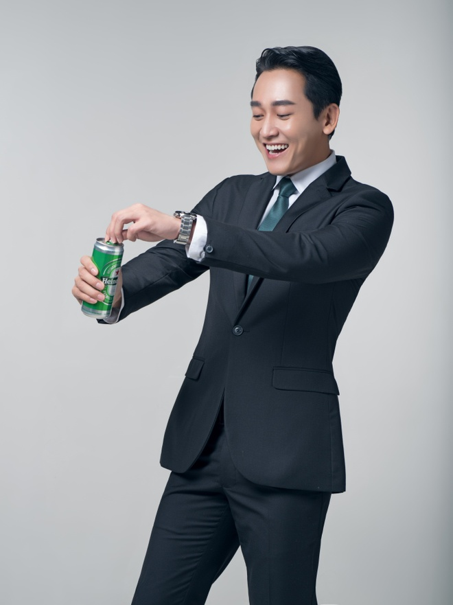 Hua Vi Van thich thu voi dien mao lon cao moi cua Heineken hinh anh 1