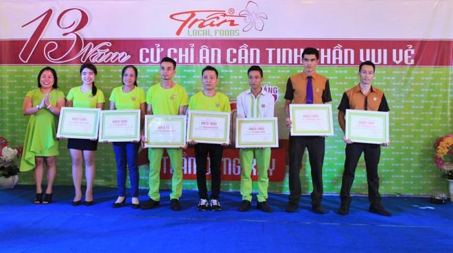Nguyen Vu dong hanh cung am thuc Tran thap sang tri thuc hinh anh 2