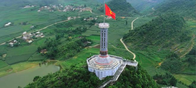 Kham pha khung canh hung vy trong MV 'Vuon cao Viet Nam' hinh anh 1