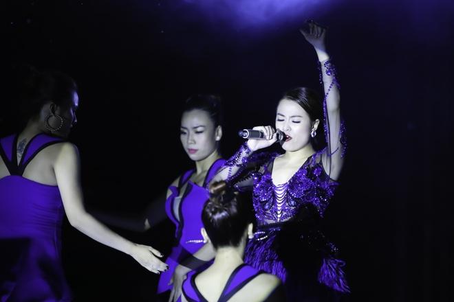 Hoang Thuy Linh va Trang Khieu do ve goi cam o pool party hinh anh 1