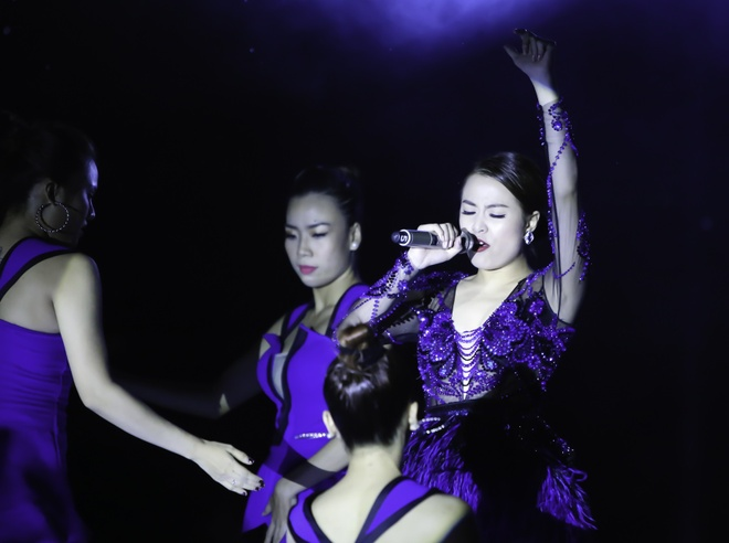 Hoang Thuy Linh va Trang Khieu do ve goi cam o pool party hinh anh
