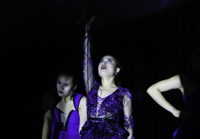 Hoang Thuy Linh va Trang Khieu do ve goi cam o pool party hinh anh 2