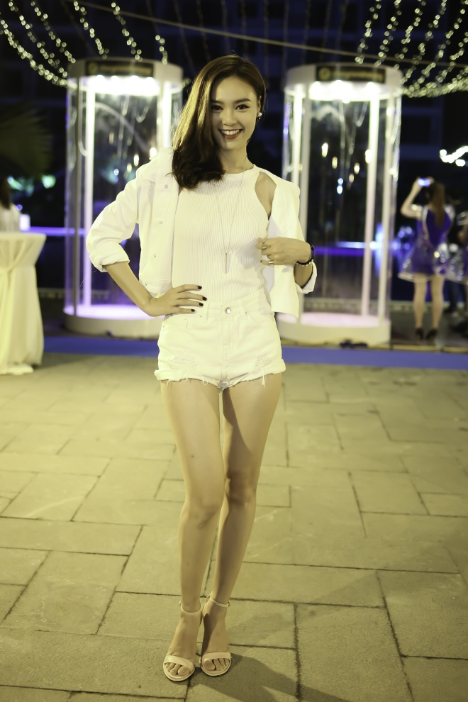 Hoang Thuy Linh va Trang Khieu do ve goi cam o pool party hinh anh 5