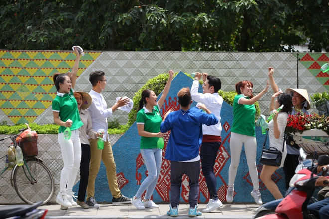Van Mai Huong, Phuc Bo ra MV keu goi lam sach duong pho hinh anh 3