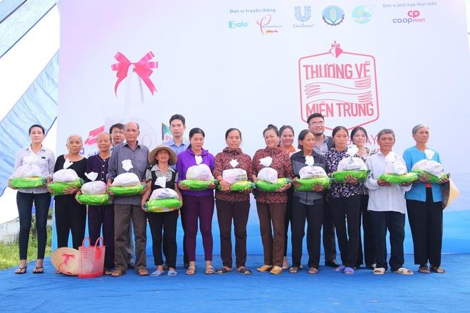 Lan Khue, Ho Vinh Khoa trao 2.300 phan qua tai Ha Tinh hinh anh 10