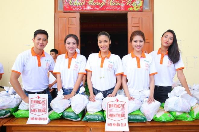 Lan Khue, Ho Vinh Khoa trao 2.300 phan qua tai Ha Tinh hinh anh 2