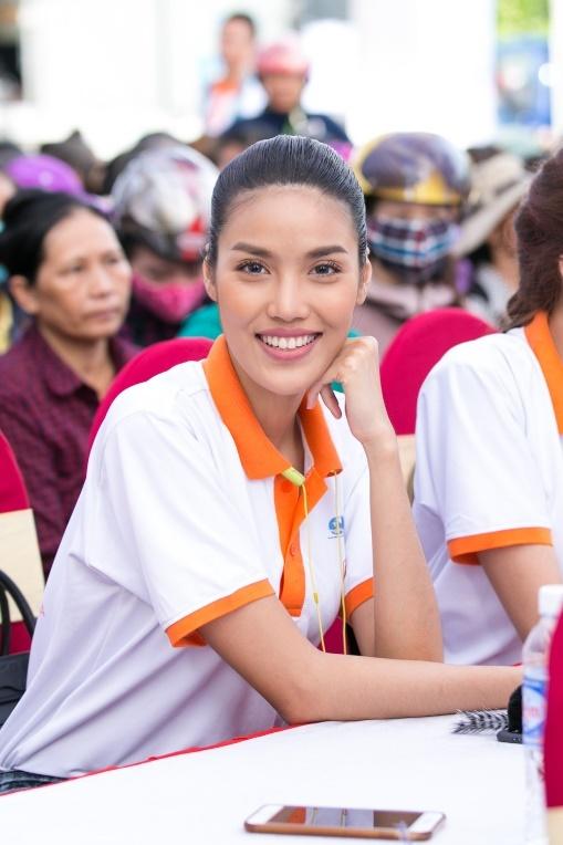 Lan Khue, Ho Vinh Khoa trao 2.300 phan qua tai Ha Tinh hinh anh 3