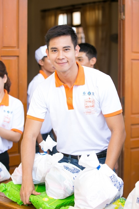 Lan Khue, Ho Vinh Khoa trao 2.300 phan qua tai Ha Tinh hinh anh 4