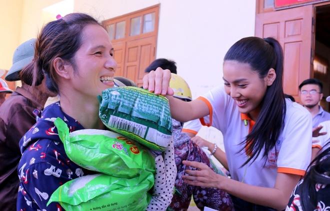 Lan Khue, Ho Vinh Khoa trao 2.300 phan qua tai Ha Tinh hinh anh 5