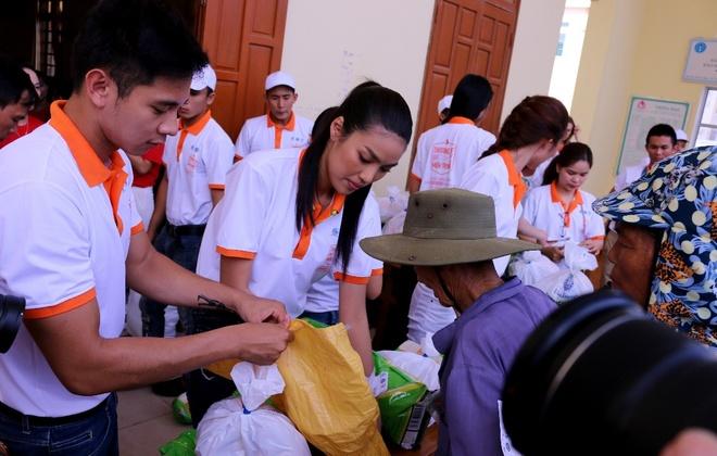Lan Khue, Ho Vinh Khoa trao 2.300 phan qua tai Ha Tinh hinh anh 6