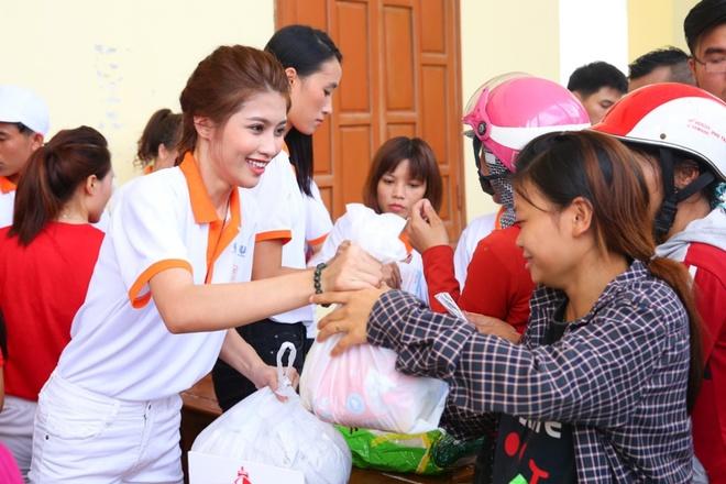Lan Khue, Ho Vinh Khoa trao 2.300 phan qua tai Ha Tinh hinh anh 7