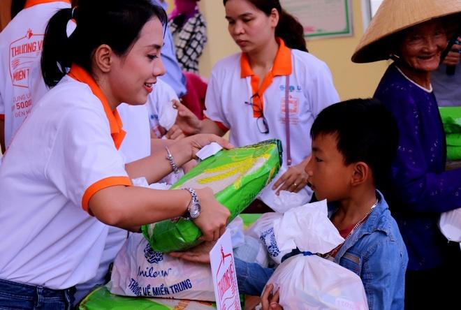 Lan Khue, Ho Vinh Khoa trao 2.300 phan qua tai Ha Tinh hinh anh 8