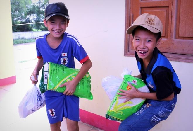 Lan Khue, Ho Vinh Khoa trao 2.300 phan qua tai Ha Tinh hinh anh 9