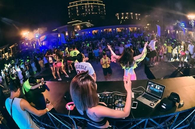DJ Ty Ty dien bikini nong bong choi nhac tai Vung Tau hinh anh 5
