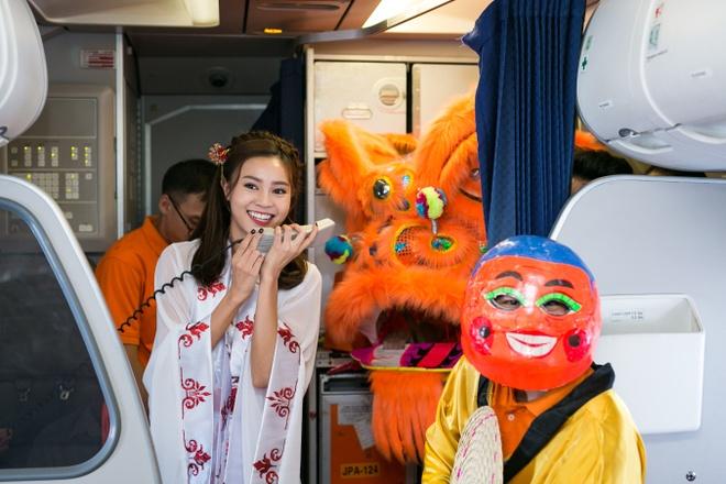 Ninh Duong Lan Ngoc hoa than chi Hang, tang qua tren may bay hinh anh 1