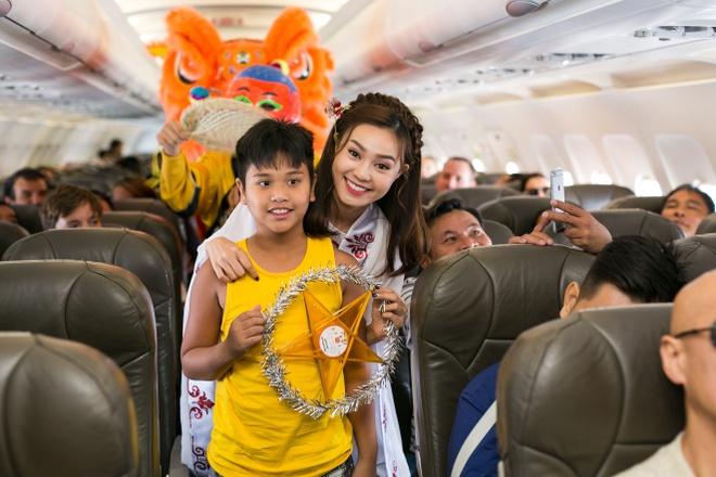 Ninh Duong Lan Ngoc hoa than chi Hang, tang qua tren may bay hinh anh 5