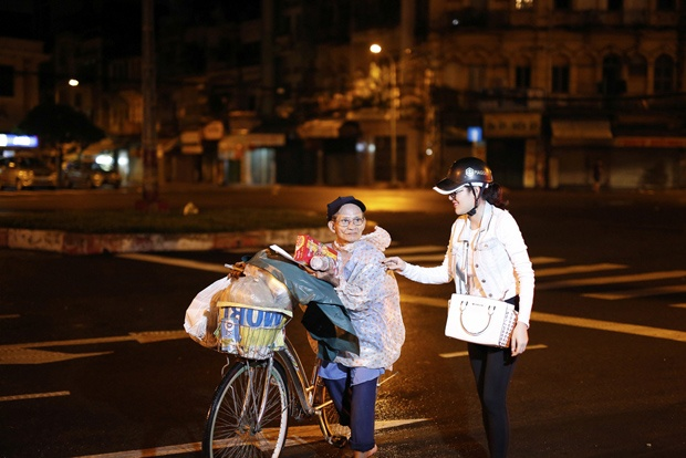 Ngoc Trinh, Phuong Le tang qua trung thu cho nguoi vo gia cu hinh anh 5