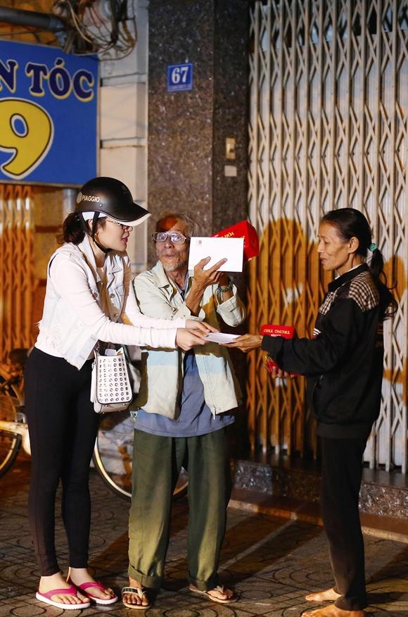 Ngoc Trinh, Phuong Le tang qua trung thu cho nguoi vo gia cu hinh anh 9