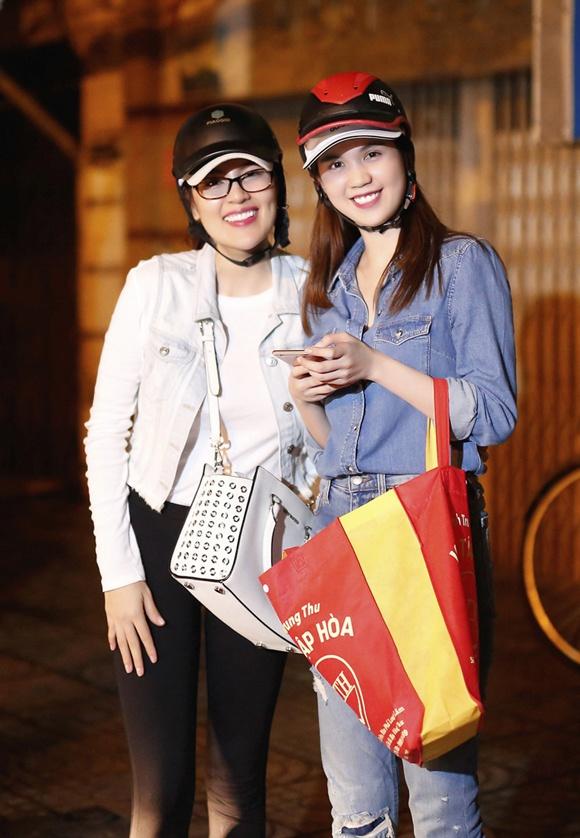 Ngoc Trinh, Phuong Le tang qua trung thu cho nguoi vo gia cu hinh anh 10