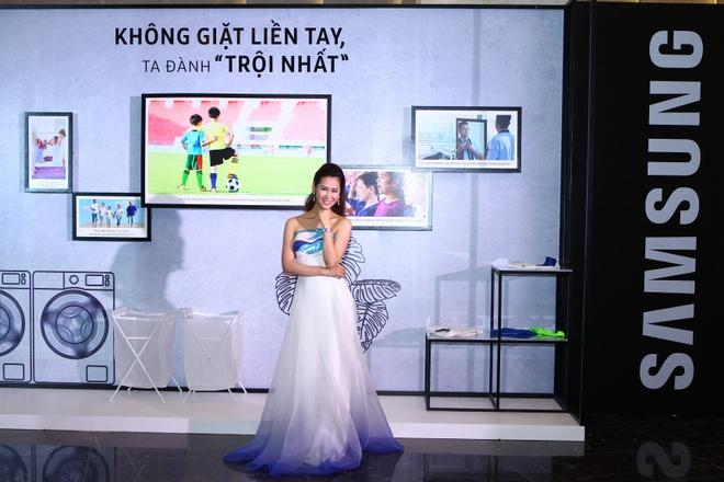 Hoa hau Thuy Lam dien dam xanh, hoi ngo Duong Thuy Linh hinh anh 3