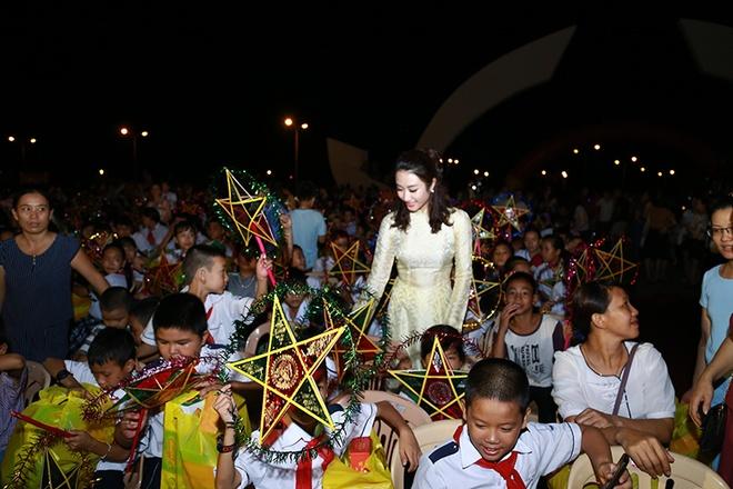 HH Ban sac Viet Thu Ngan vui Trung thu voi tre em Quang Binh hinh anh 5