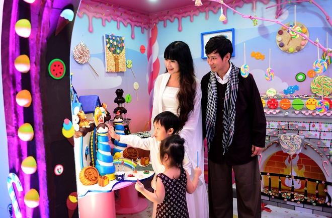 Vo chong Ly Hai - Minh Ha dua con tham nha banh keo khong lo hinh anh 1
