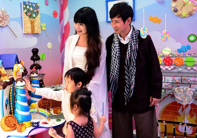 Vo chong Ly Hai - Minh Ha dua con tham nha banh keo khong lo hinh anh