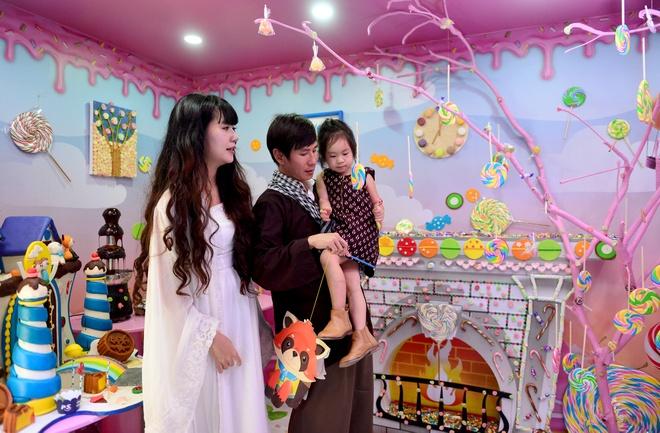 Vo chong Ly Hai - Minh Ha dua con tham nha banh keo khong lo hinh anh 2