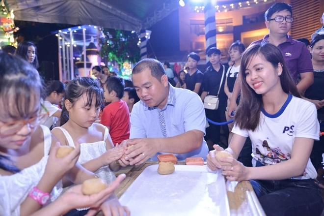 Thuy Hanh day con gai lam banh trung thu tai nha banh keo hinh anh 4