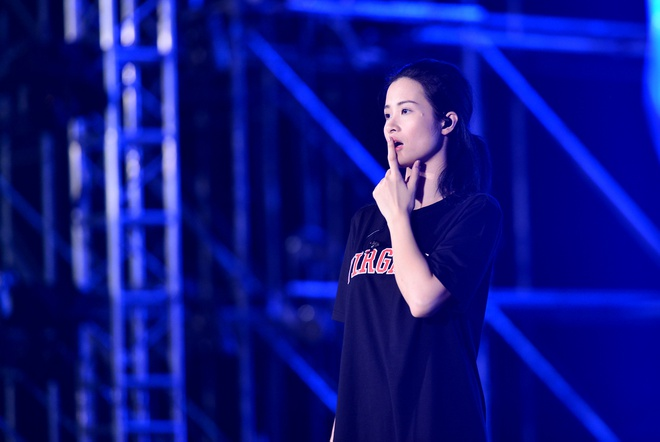 Dong Nhi bat khoc khi thay san khau liveshow hoanh trang hinh anh