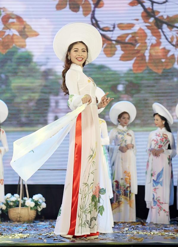 Nu sinh DH VHNT Quan doi dang quang Hoa khoi Sinh vien HN hinh anh 1