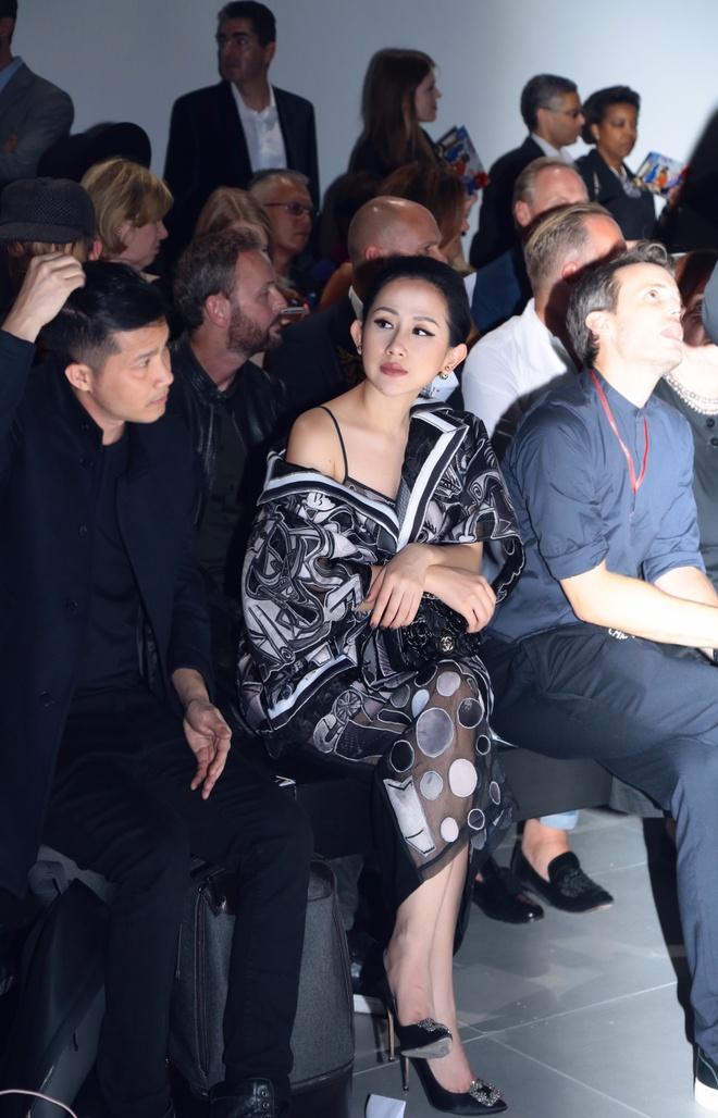 Tram Nguyen hoi ngo hai chan dai Viet o Paris Fashion Week hinh anh 3