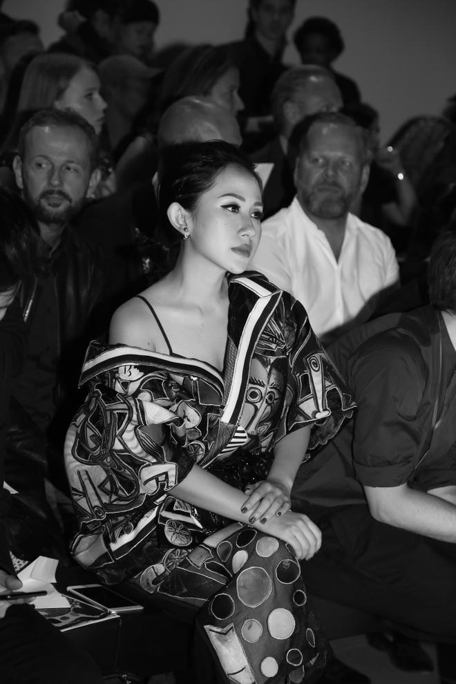 Tram Nguyen hoi ngo hai chan dai Viet o Paris Fashion Week hinh anh 1
