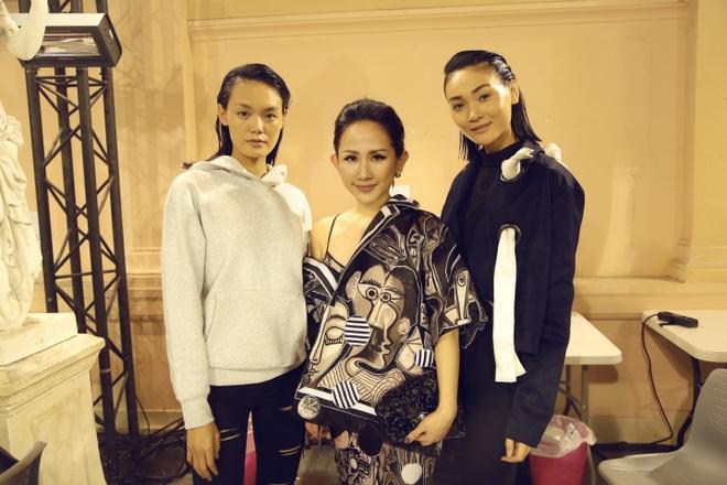 Tram Nguyen hoi ngo hai chan dai Viet o Paris Fashion Week hinh anh