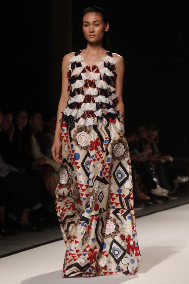 Tram Nguyen hoi ngo hai chan dai Viet o Paris Fashion Week hinh anh 4