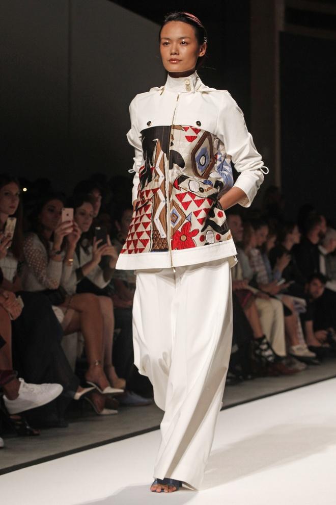 Tram Nguyen hoi ngo hai chan dai Viet o Paris Fashion Week hinh anh 5
