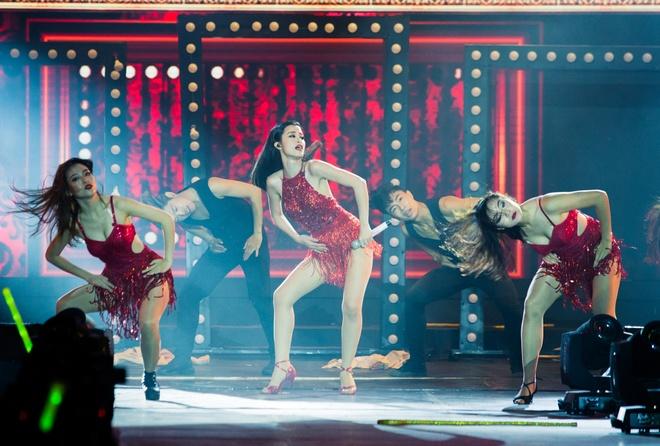 Nhung bo canh long lay cua Dong Nhi trong 'It's showtime' hinh anh 9