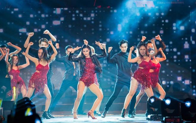 Nhung bo canh long lay cua Dong Nhi trong 'It's showtime' hinh anh 10