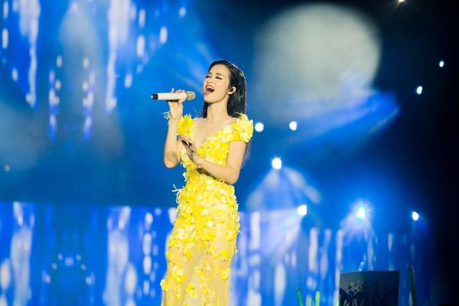 Nhung bo canh long lay cua Dong Nhi trong 'It's showtime' hinh anh 8