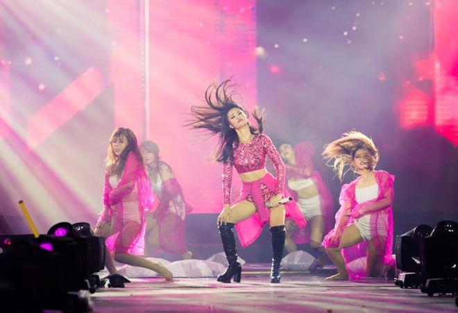 Nhung bo canh long lay cua Dong Nhi trong 'It's showtime' hinh anh 5