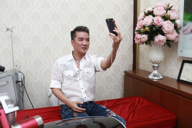 Dam Vinh Hung di spa, chuan bi cho liveshow 12 ty tai Ha Noi hinh anh 3