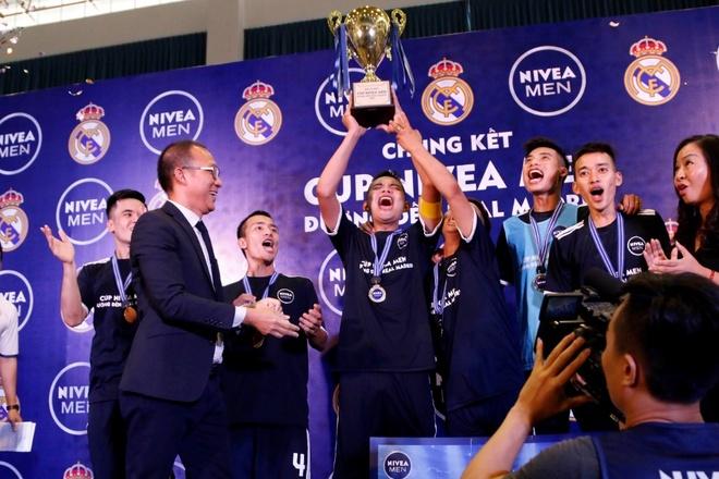 Doi bong phui Ha Noi tap huan cung HLV Real Madrid hinh anh