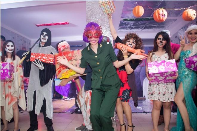 Nhan vien Long Hoang Security hoa trang ma mi don Halloween hinh anh 5