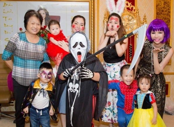 Nhan vien Long Hoang Security hoa trang ma mi don Halloween hinh anh