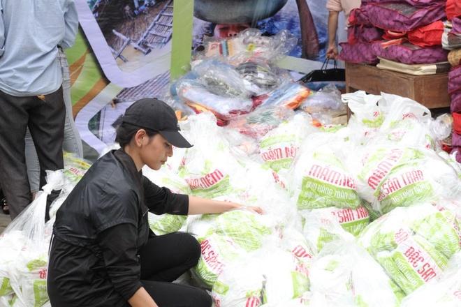 Am thuc Tran Da Nang tang 300 trieu dong cho ba con vung lu hinh anh 3